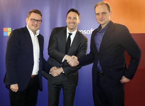 Fra venstre: Ørjan Torsteinsen (leder IT-drift, Funn), Ole Roterud (Partner Lead, Microsoft Norge) og Lars Ivar Simonsen (Adm. dir. Funn). (Foto: Microsoft Norge)